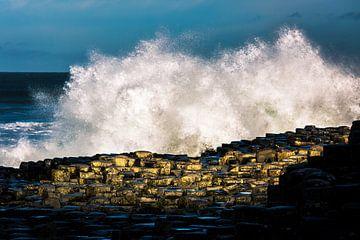 Natuurgeweld - de branding aan zee (Giant's Causeway) van Jelte Bosma