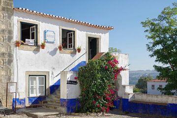Ein Haus mit Bougainvillea in Óbidos (Portugal) von Berthold Werner