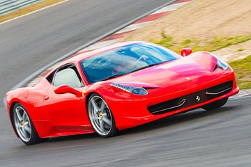Rode Ferrari 458 Italia sportwagen rijdend op het circuit van Sjoerd van der Wal