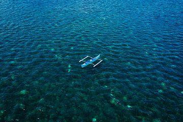 Drone shot van een leeg bootje in de Filippijnen van