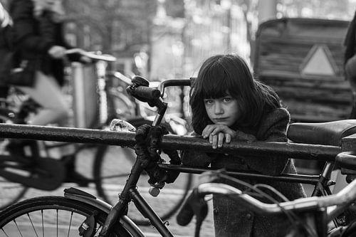 meisje op een brug in oude kledij van