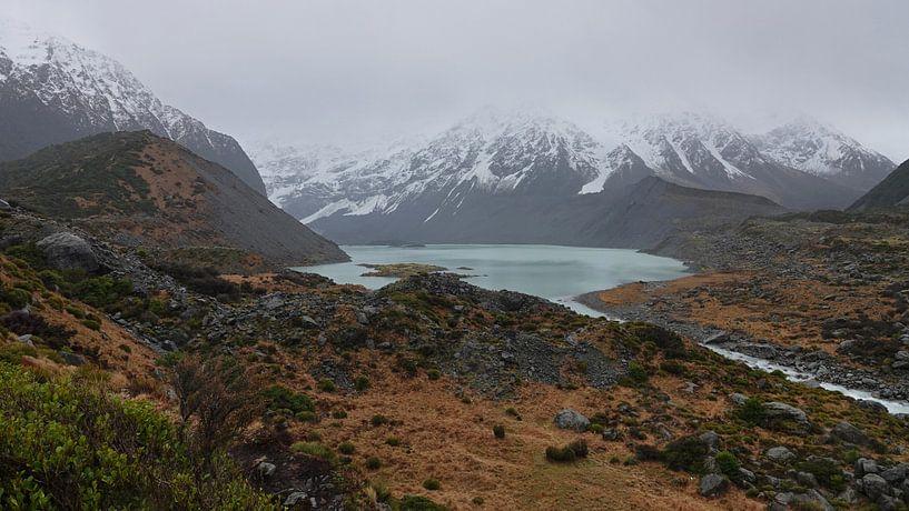 Mueller Gletsjermeer in de Hooker Valley in Nieuw Zeeland van Aagje de Jong