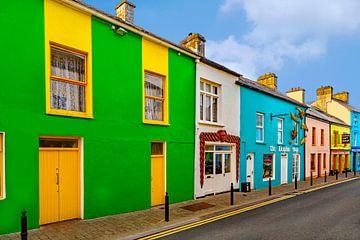 Kleurrijk geschilderde huizen in het stadje Dingle, Kerry,  Ierland. van Mieneke Andeweg-van Rijn