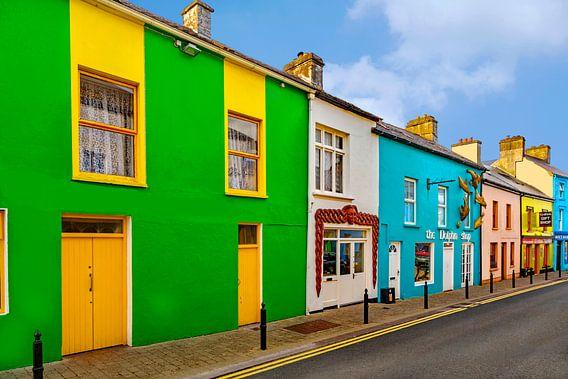 Kleurrijk geschilderde huizen in het stadje Dingle, Kerry,  Ierland.