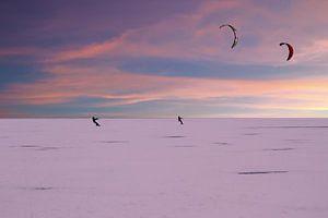 Kite surfers op de Gouwzee in de winter bij zonsondergang