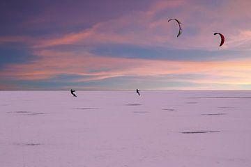 Kite surfers op de Gouwzee in de winter bij zonsondergang van Nisangha Masselink