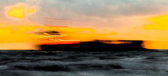 Schip doorkruist zonsondergang, grafische versie, Zoutelande afbeelding boot