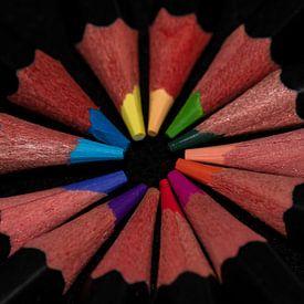 Een rondje gekleurde potloden van JM de Jong-Jansen