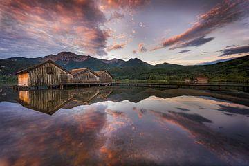 Drie boothuizen met aanlegsteiger aan de Kochelsee in de Beierse uitlopers van de Alpen van Fine Art Fotografie