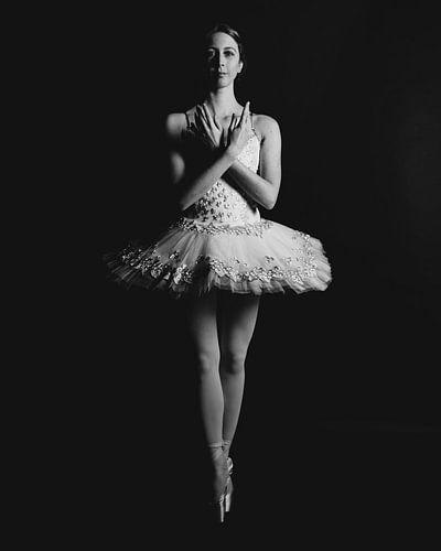 Balletdanser in zwartwit staand 02