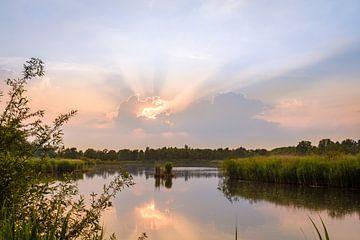 Sonne hinter Wolken über dem Teich von Johan Vanbockryck