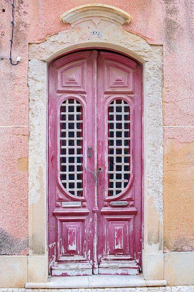 De deuren van Portugal roze nummer 22 van Stefanie de Boer