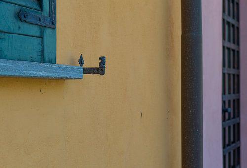 kleurige muur met raamluiken in Italië, Morimodo van arjan doornbos