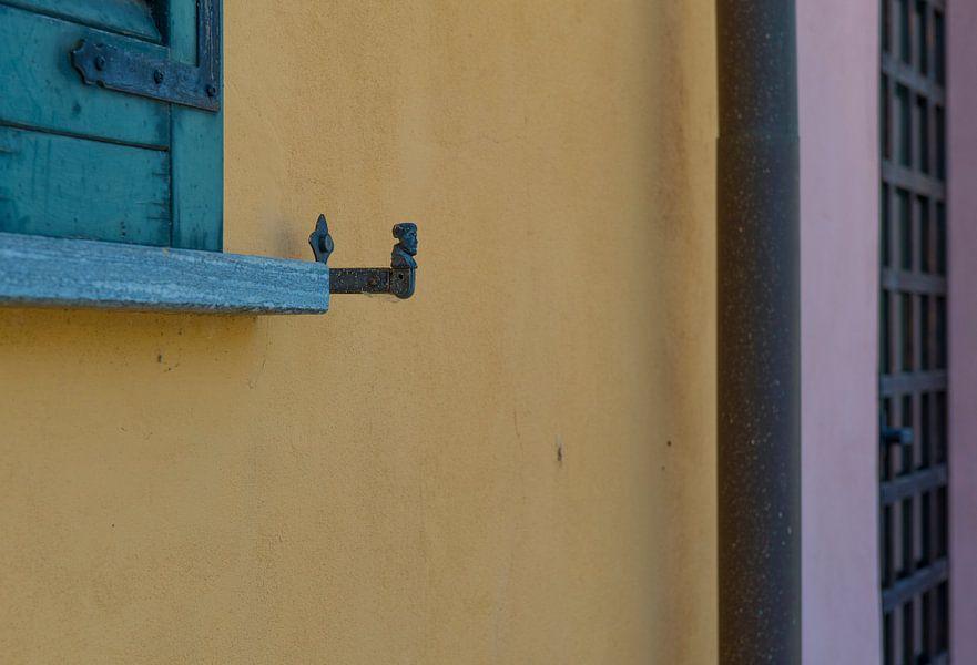 kleurige muur met raamluiken in Italië, Morimodo