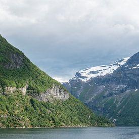 Uitzicht in het Geirangerfjord, Noorwegen van Capture the Light