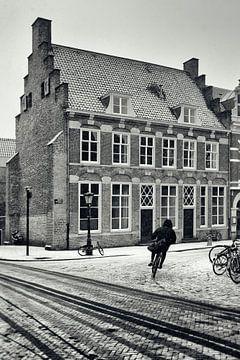 Straatfotografie in Utrecht. Fietser in de Utrechtse sneeuw bij 't Wed.  (Utrecht2019@40mm nr 24)