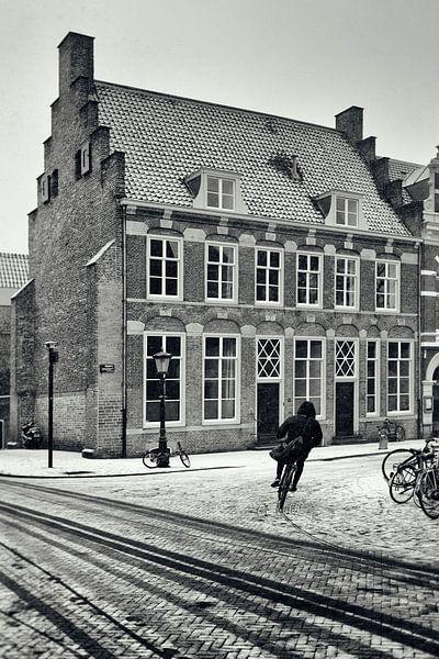 Straatfotografie in Utrecht. Fietser in de Utrechtse sneeuw bij 't Wed.  (Utrecht2019@40mm nr 24) van De Utrechtse Grachten