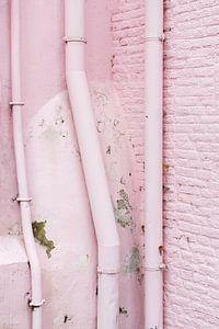 Vervallen roze muur