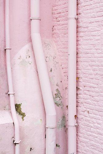 Vervallen roze muur van