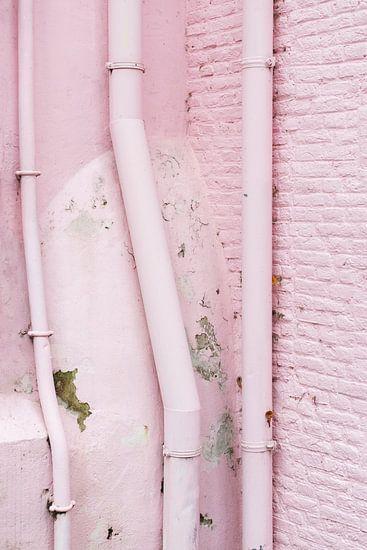 Vervallen roze muur van Anki Wijnen
