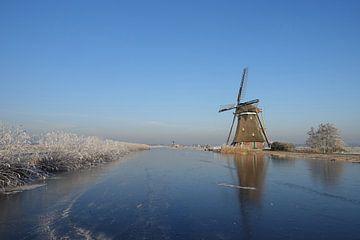 Winter landschap met molen en ijs op een bevroren vaart van iPics Photography