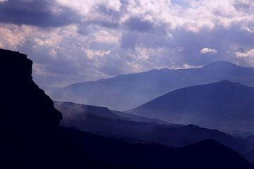 Blauwe bergen op een bewolkte dag.
