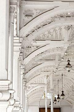 Architecture arcades en bois blanc - halle de marché tchèque sur Marianne Ottemann - OTTI