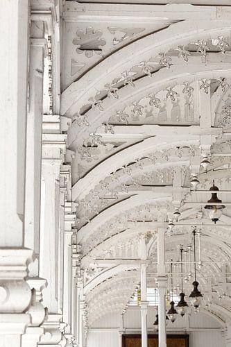 Architectuur witte houten bogen - Tsjechische markthal  van Marianne Ottemann - OTTI
