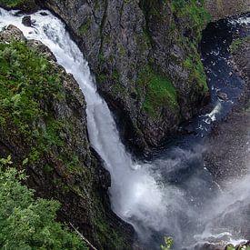 Voringfossen waterval in Noorwegen van Eric van Nieuwland