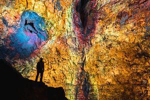 Man in een lavakamer / magmakamer van een vulkaan in IJsland