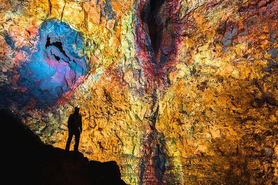 Man in een lavakamer / magmakamer van een vulkaan in IJsland van Martijn Smeets