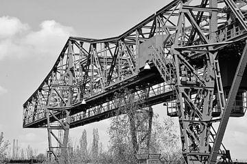alter Industriehahn in schwarz-weiß von R Verhoef