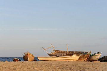 Vijf boten op het strand bij Salalah van Alphapics