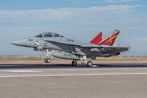 Boeing EA-18G Growler maakt een touch and go op NAF El Centro.