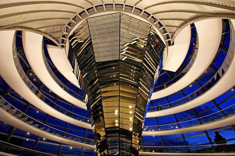 Dans le dôme du bâtiment du Reichstag de Berlin sur Frank Herrmann
