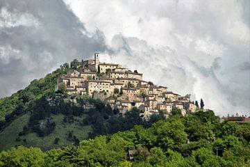 landschap van dorpje in italie op de berg en in de wolken van wil spijker