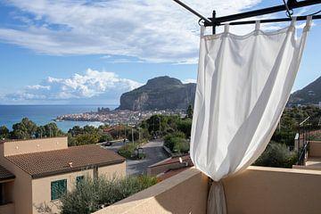 Uitzicht op bergen en zee, Cefalu. Italie. van Andrew van der Beek