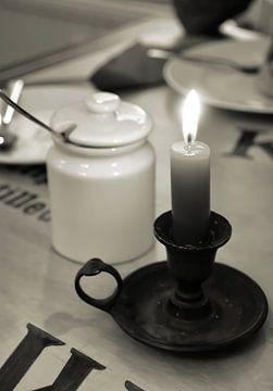 Kerze auf einem Tisch von Heiko Kueverling