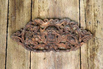 Verroest ornament op een oude houten deur van Nicolette Vermeulen