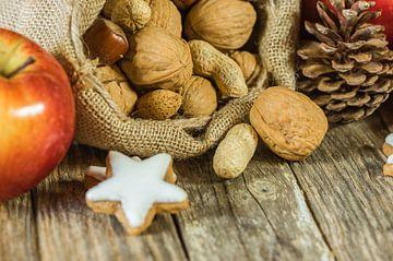 Kerstmis voedsel samenstelling met noten in kerstman zak, rode appel van Alex Winter