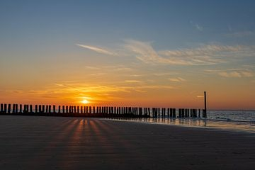Pfosten und Schatten am Strand bei Sonnenuntergang von StephanvdLinde