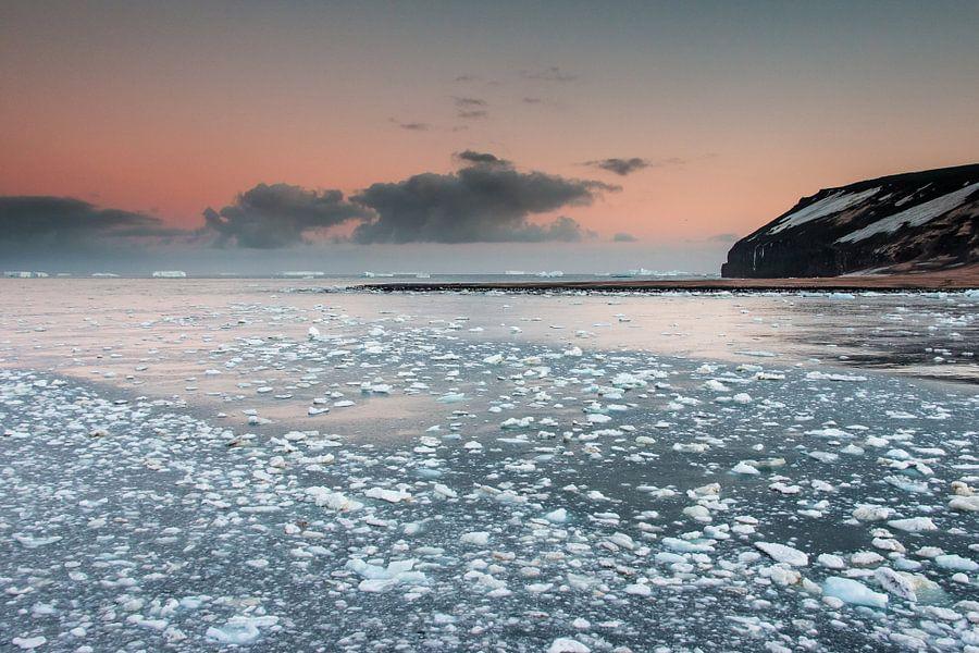 IJzige zonsopkomst Antarctica - Cape Adare van Eefke Smets
