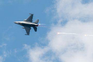 F-16 Fighting Falcon gebruikt chaff van Wim Stolwerk