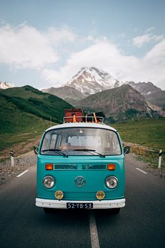 Volkswagenbusje in de Kaukasus bergen van Georgie | Reisfotografie van Milene van Arendonk