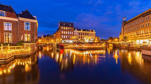Zomers Stadsgezicht binnenstad van Leiden in Nederland
