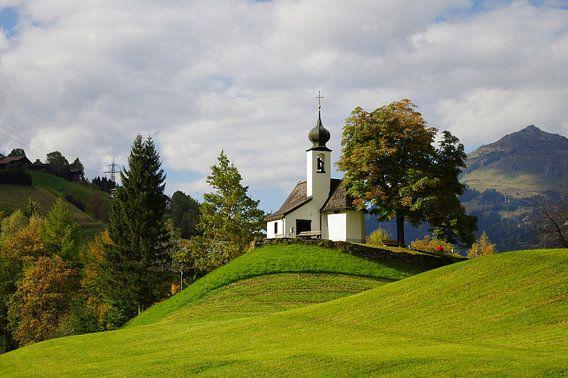 Kleine Kapelle in den Bergen van Tanja Riedel