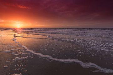 Wundervoller Sonnenunterganghimmel während des Sonnenuntergangs auf dem Strand von Den Haag von Rob Kints