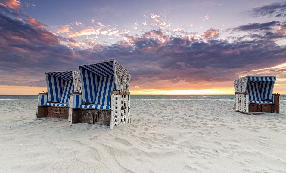 Strandkorb sonnenuntergang  Strandkörbe im Sonnenuntergang Poster - Dirk Thoms | OhMyPrints