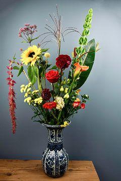 Stilleven: Kleurrijk boeket bloemen in Delfts blauwe vaas