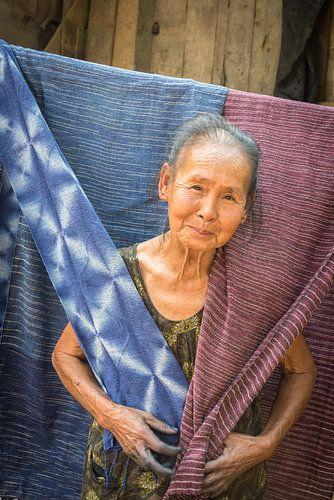 Oude weefster in Laos